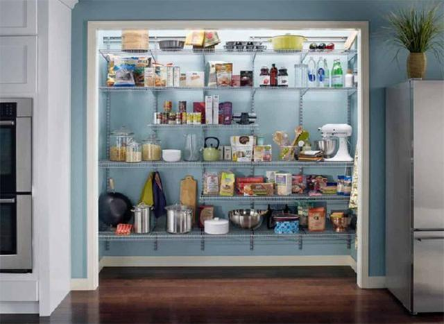 厨房杂乱,空间允许的话可以打造一个储物室,所有厨具都可塞