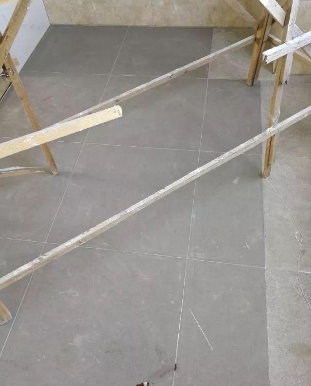 设计师告诉你,灰色瓷砖配什么颜色的美缝剂好看 卫生间的墙壁