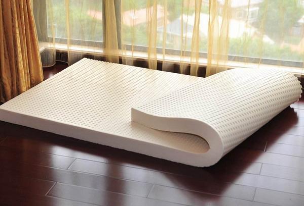 乳胶床垫夏天能用吗 乳胶床垫上面铺什么好
