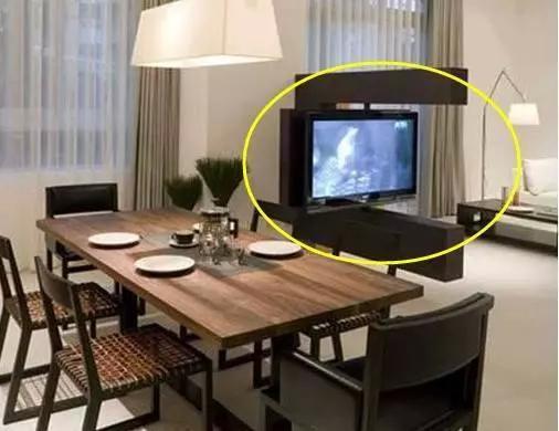 除了挂墙电视机还能怎么装 新装法很具科技感