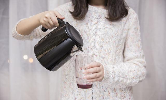 家里的水烧开就能喝吗?滤水壶有用吗?我来给你分析!