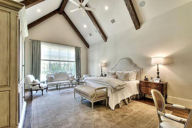 卧室的天花有梁怎么布置