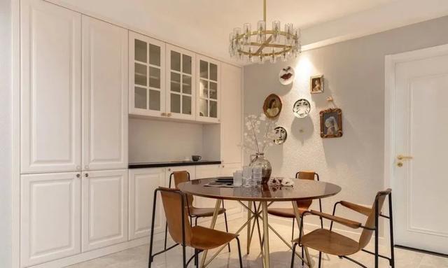 学装修 装修风格 美式风格 正文      客厅与阳台相连,不设隔断,窗帘
