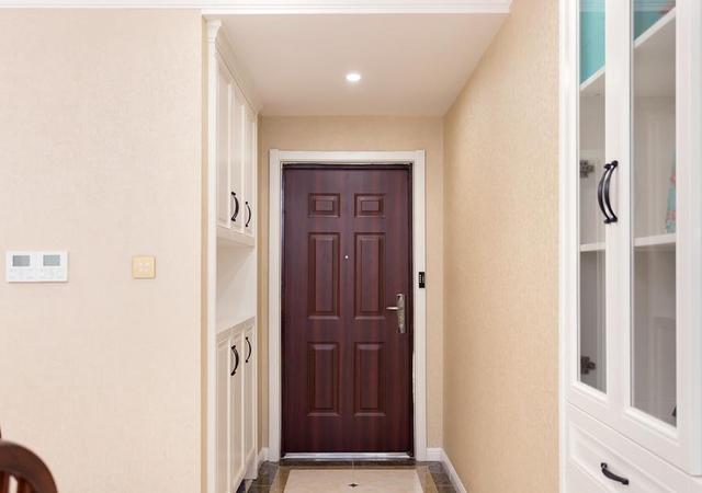受够了猪肝色的防盗门?这四种方法改变你家大门