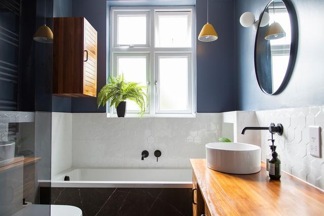 蓝色和白色的小浴室案例 平衡色彩组合不过时