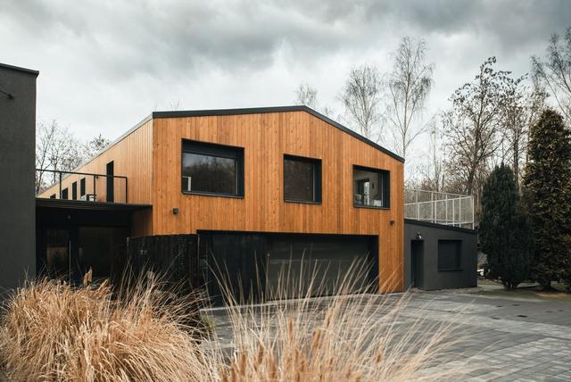 带有70年代旧结构的现代房屋 旧外观内的新内饰