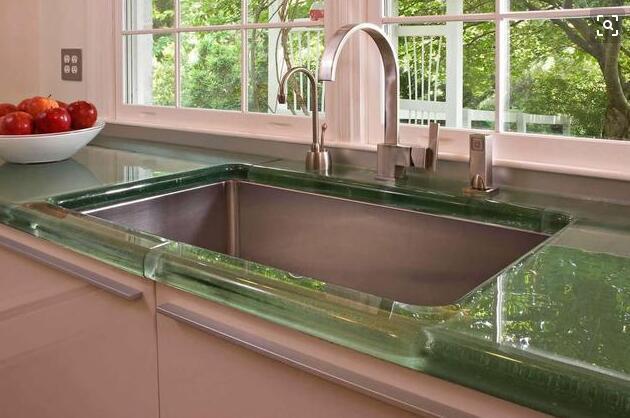 用玻璃瓶碎渣做橱柜台面 效果不输大理石