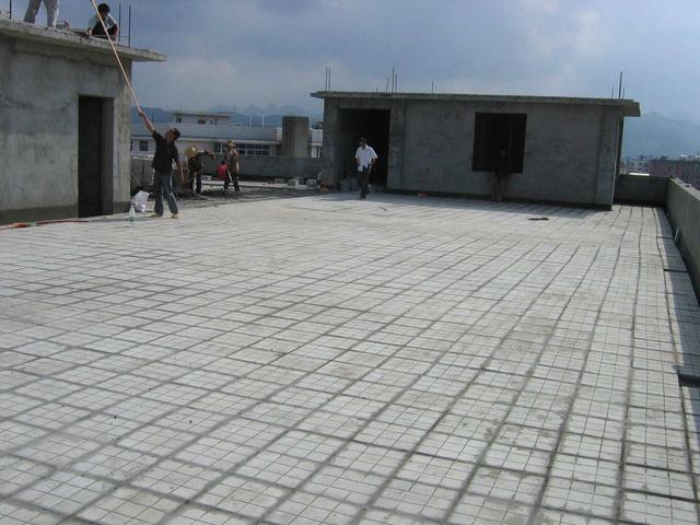 顶楼的隔热层怎么做 掏空型隔热砖连水泥都不要省钱省事