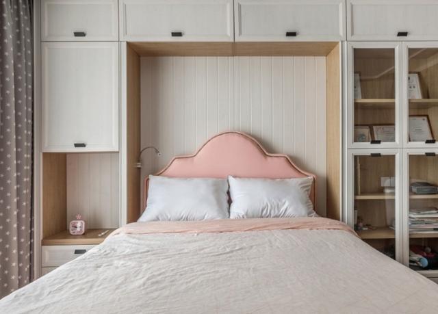 卧室放床头柜过时啦 在墙上打一排柜子更实用