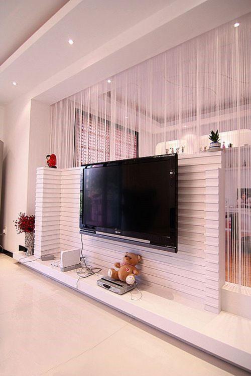 自然也少不了白色的单纯,运用横条凹凸立体的隔断作为电视背景墙,从顶