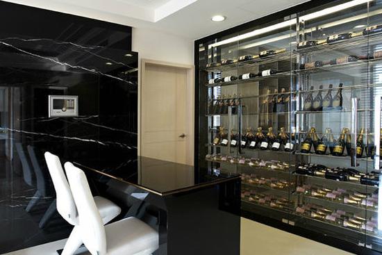 兼具玻璃柜和红酒柜的这个隔间柜,功能齐全.