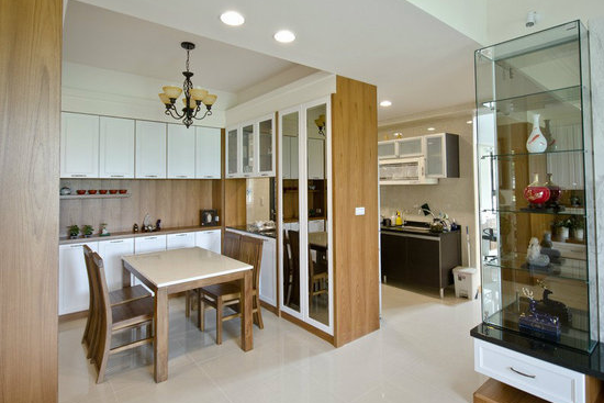 餐厅隔断酒柜效果图六     餐厅和厨房的隔间柜柜体中间采用中空的