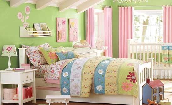 儿童房卧室装修效果3:从上面的儿童房的装修上我们就能够看到,整个儿童房的装修成粉色调,比较的温馨,在儿童房的家具和饰品的选择上考虑到了儿童房的整体色调的风格,选用了唯美的十字绣来装点墙面。漂亮的窗帘,还有一些可爱的布娃娃。将儿童房更加精心的装饰,才能有如此的完美效果额!