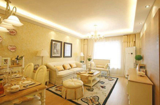 沙发背景墙上的两个镜框画透露出一种文雅的风味.