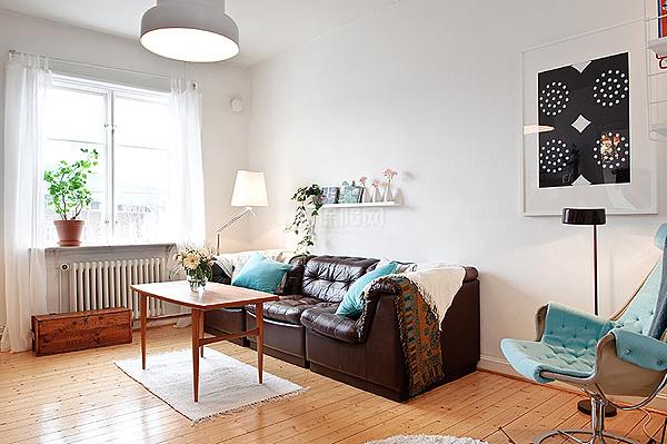 51平米的小家很是空旷,极具质感的皮质沙发让整个客