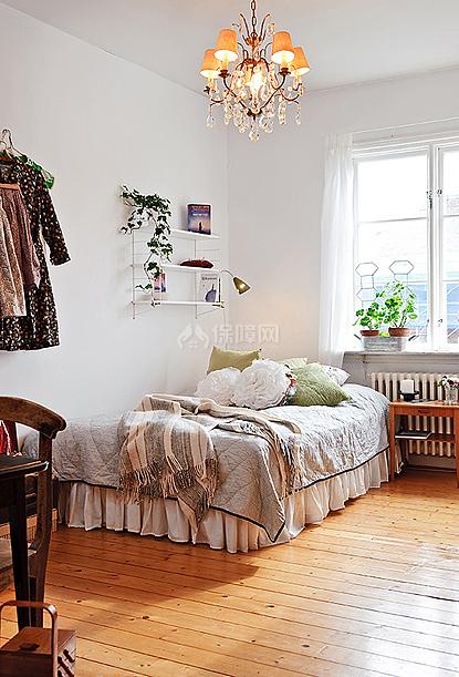 墙面上和窗台上的绿色植物非常抢眼,春天的味道弥漫在