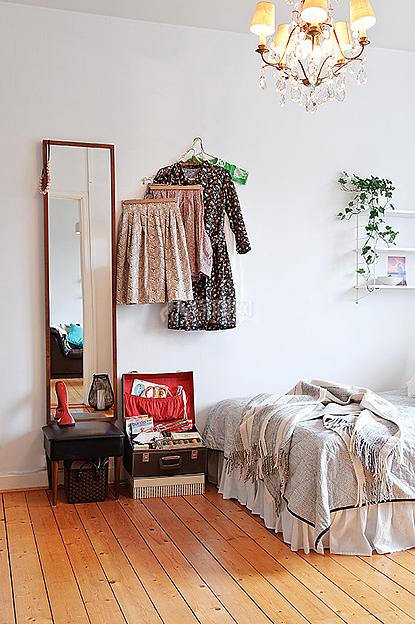 大大的穿衣镜靠在卧室的一角,倒映出小家的小小角落。
