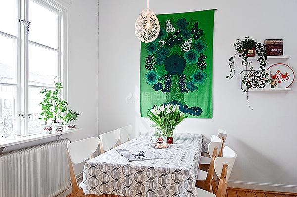 绿色的背景墙与窗台上的绿色植物相互展现着耀眼的清新