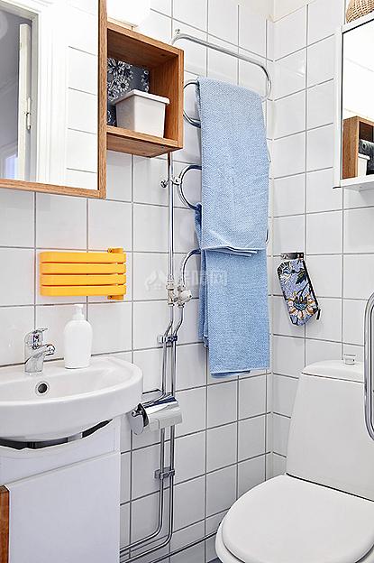 卫生间里的卫浴挂件十分别致,美观又有收纳功能。