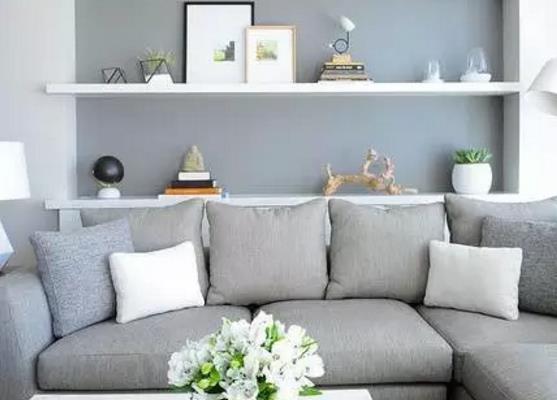 这间清新淡雅的现代公寓位于加拿大温哥华,软装配饰简单不繁琐,客厅墙面仅仅使用浅灰色便给人素雅清新之感。客厅还拥有一个宽敞的落地窗,即便用窗帘遮挡,光线依然十分充足,现代简约的家具、灰白色的主色调打造一个现代简约舒适的格调生活。