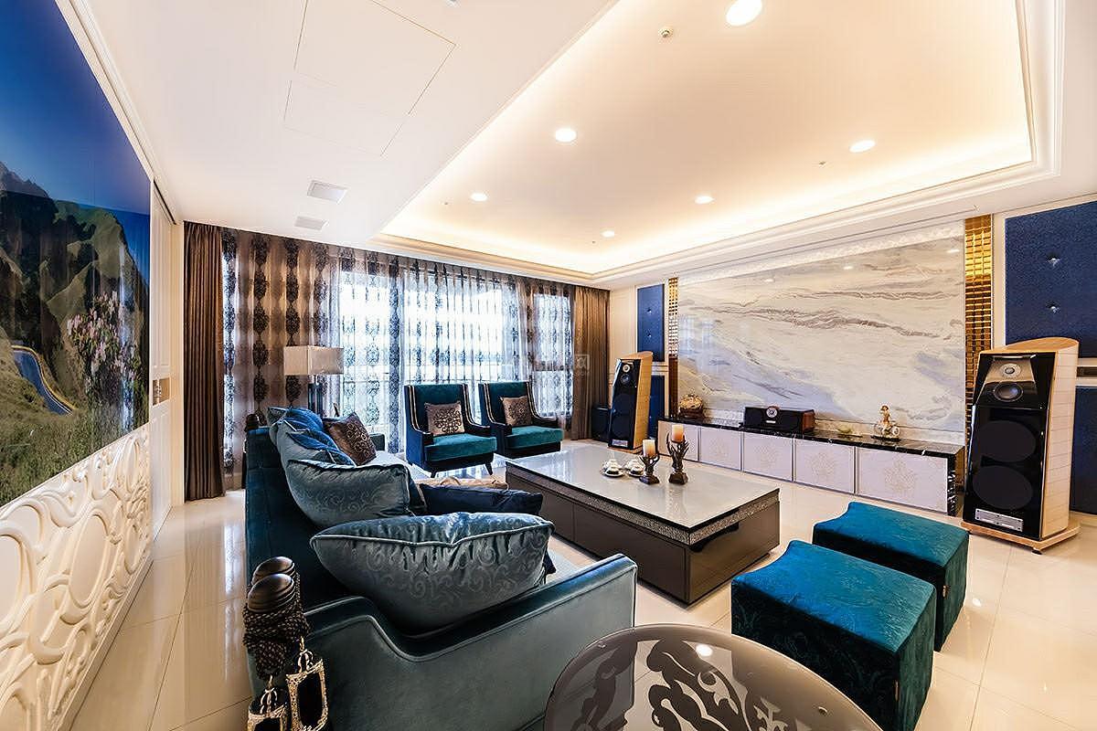 西式古典三居室装修客厅图