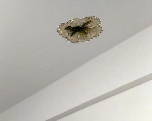 厦门:天花板被砸出一个洞 原是邻居装修惹的祸