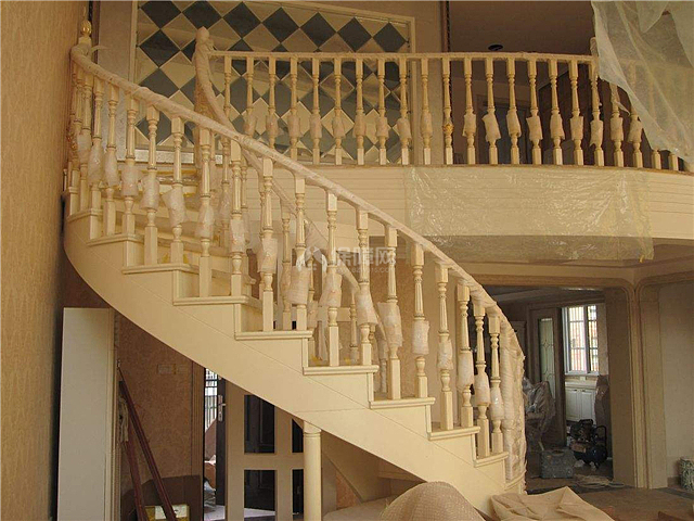 楼梯的理想位置是靠墙而立,当楼梯迎大门而立时,为了避免楼上的