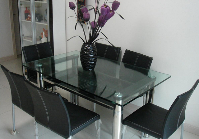 钢化玻璃餐桌好吗 钢化玻璃餐桌的价格