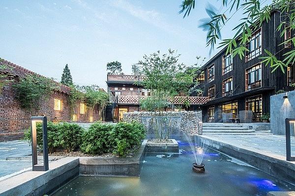 民宿酒店在三线城市的发展越来越好,民宿客栈类酒店面积不会很大,一般在几百到两三千平米左右。因为民宿酒店独特的装修和设计,也就吸引了了一批旅游人士,当然还有一批城镇人士。这类酒店普遍特点就是返璞归真,极具古典文化内涵。