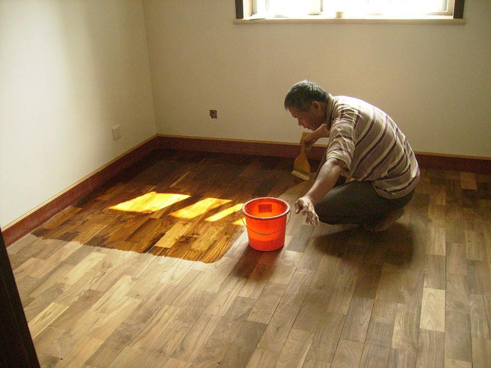 最简单的地板翻新方法