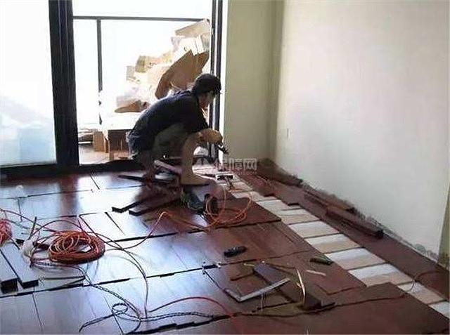 新房裝修地板這樣鋪 地板壽命延長幾十年這樣做法太專業了