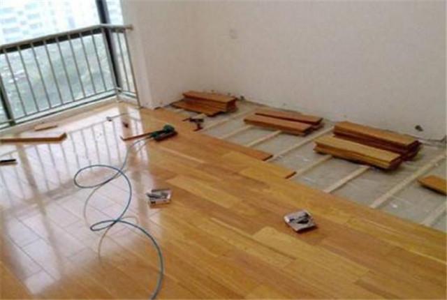 新房装修地板这样铺 地板寿命延长几十年这样做法太专业了
