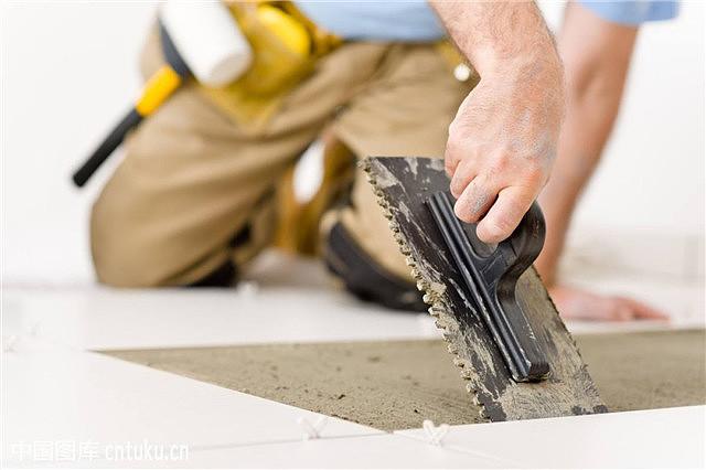 墙砖这样铺感觉要毁了 装修师傅却说在帮我省钱