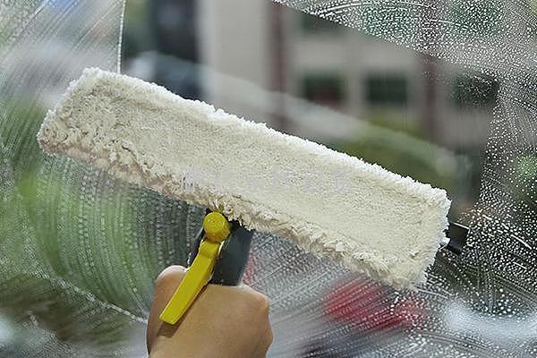 窗户玻璃擦不干净怎么办 在水中加点这东西干净又省事