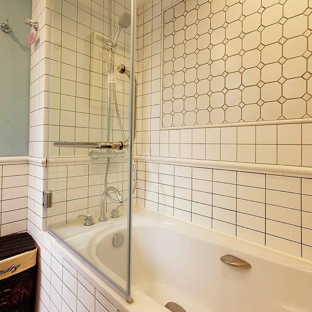 76平美式风复式两居卫生间浴缸设计效果图