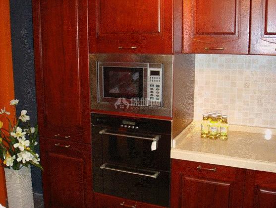 厨房里除了必备的炉灶等厨具之外,有的人会摆放消毒柜,保证碗碟的干净