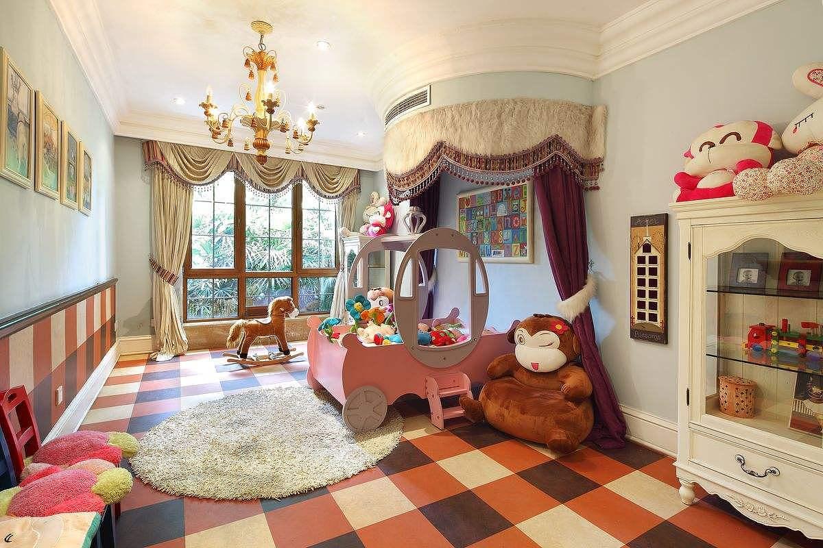 家庭装修中对儿童房装修必不可少。儿童房我们所要追求的是童趣、欢乐、明快。而儿童手绘墙对于一个房间的基调来说很重要。我们应该如何做到呢?可以从颜色,图案,主题,综合角度、颜料选择,来看看哦。   一、颜色   儿童房的色调要注意统一性,颜色的搭配要合理,不然会对孩子的心里产生影响。所以儿童房手绘墙的色彩有什么可以免费领红包上,要尽可能根据孩子的喜好来决定。   二、图案   儿童房手绘墙图案大多以卡通为主,不同孩子对卡通图案的喜好不同,有的喜欢动物、有的喜欢大自然植物、有的喜欢人物等等,要根据孩子的喜好要求来绘制。当然