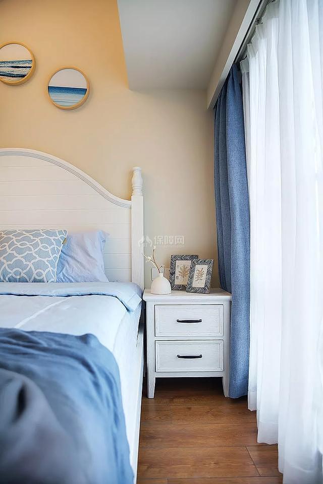 89㎡现代美式两居之主卧床头柜摆放布置效果图