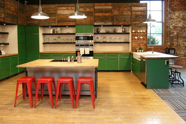 令人驚嘆的紅色凳子,為你家廚房空間帶來不一樣的色彩
