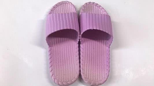 """生活小妙招:拖鞋穿久了变得""""黑乎乎""""?教你1招"""