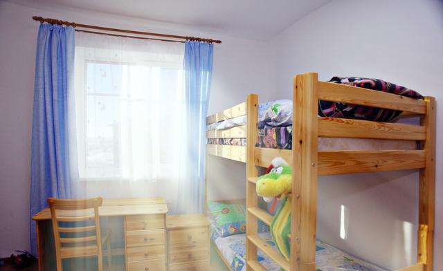 """小孩为何不宜睡双层床 具危险性不利于""""成长"""""""