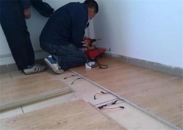 铺设木地板前先倒水泥自流平 没这样做就是偷工减料