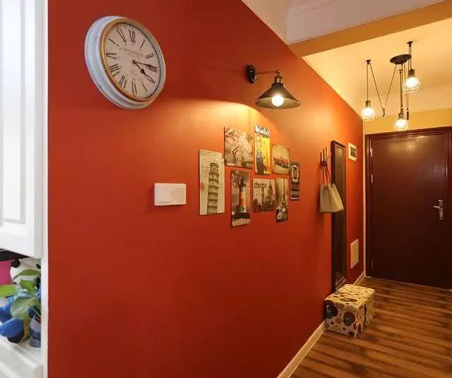 95平两室两厅美式新房 进门一面喜气的大红墙