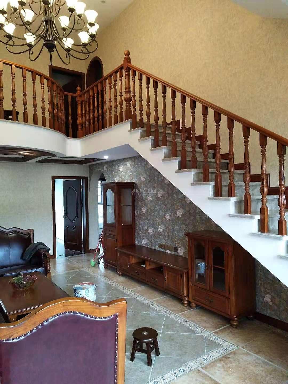 180㎡美式跃层之上楼楼梯设计效果图