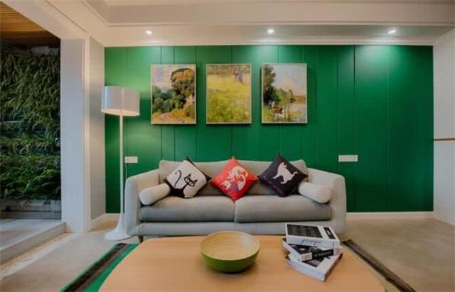 130平北欧风格婚房设计 沙发墙刷的色调很大胆
