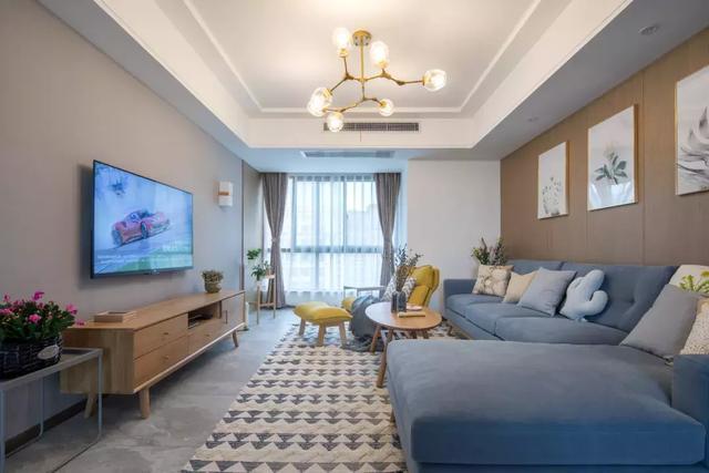 日式原木三居室 沙发的灰蓝色元素显得舒适