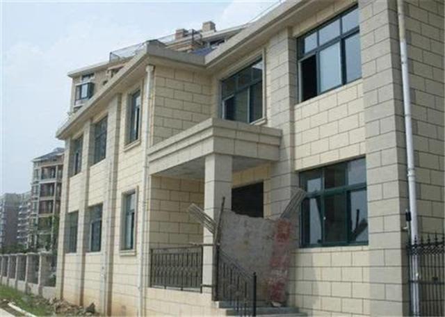 农村自建房外墙贴瓷砖过时了 现在都刷真石漆