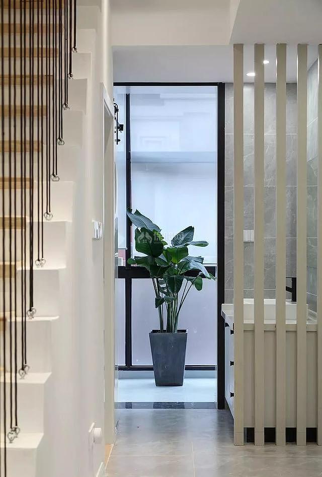 现代复式楼楼梯下卫生间效果图