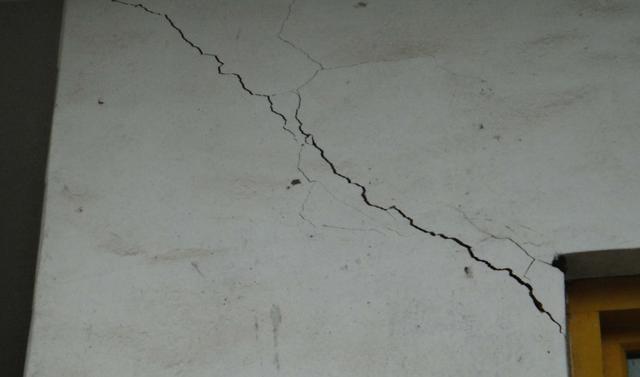 家里的墙体裂缝怎么处理 墙面开裂原因和修补技巧