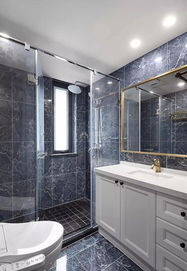 140平现代简美卫生间装修效果图